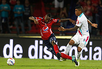 MEDELLIN-COLOMBIA- 15-10-2017.Juan Caicedo (Izq.) jugador del  Independiente Medellín disputa el balón con Rafael Perez (Der.) del  Atlético Junior durante encuentro  por la fecha 15 de la Liga Aguila II 2017 disputado en el estadio Atanasio Girardot./ Juan Caicedo (L) player of  Independiente Medellin  fights the ball against Rafael Perez (R) of Atletico Junior during match for the date 15 of the Aguila League II 2017 played at Atanasio Girardot stadium . Photo:VizzorImage / León Monsalve / Contribuidor