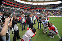Trainer Lucien Favre (Hertha BSC Berlin) umlagert von Fotografen