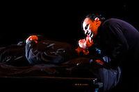 """MANIZALES-COLOMBIA. 24-08-2014. Obra """"Hamlet"""" de la compañía Teatro de los Andes de Bolivia durante el XXXVI Festival Internacional de Teatro de Manizales, Colombia./  Play """"Hamlet"""" of the company Teatro de los Andes from Bolivia during the XXXVI International Theatre Festival of Manizales, Colombia. Photo: VizzorImage / Santiago Osorio /Str"""