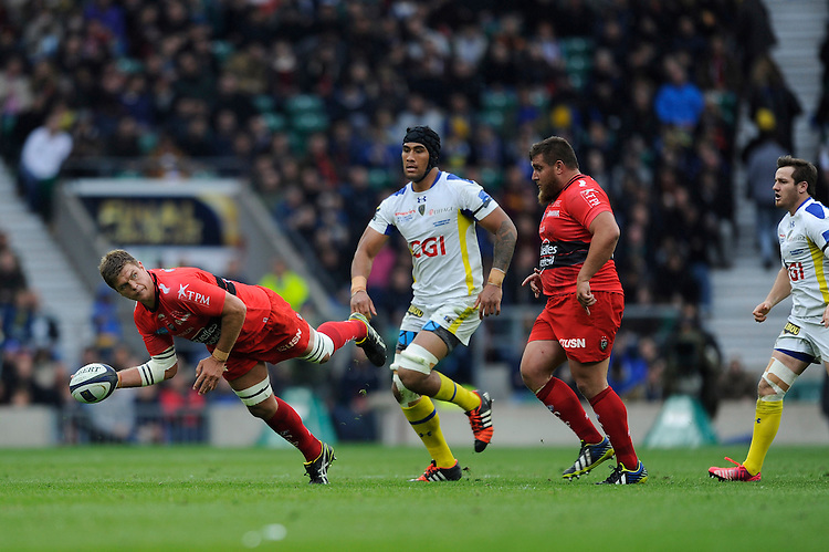 Juan Smith of RC Toulon pass the ball dramatically in mid-air