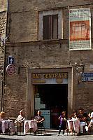 Italien, Umbrien, Cafe an Piazza San Silvestri in Bevagna