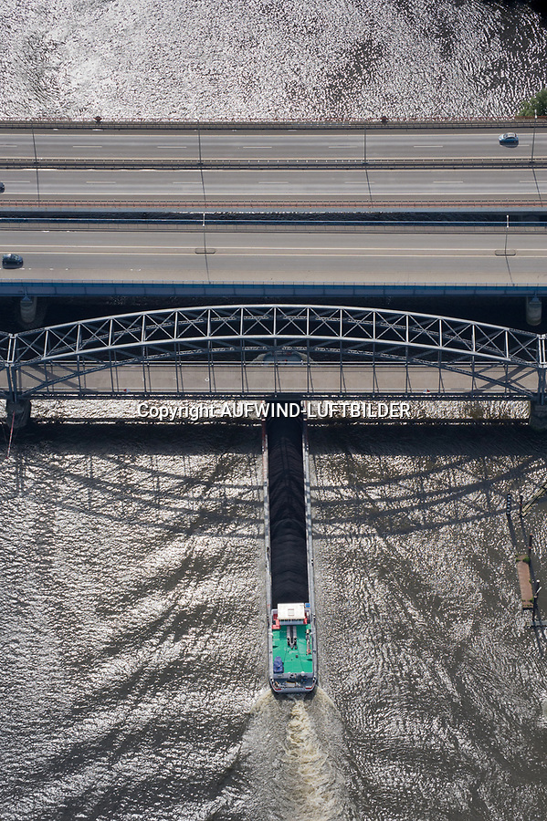 Binnenschiff unter derEuropabrücke und Alte Harburger Elbbrücke : EUROPA, DEUTSCHLAND, HAMBURG, (EUROPE, GERMANY), 25.06.2011: Binnenschiff unter derEuropabrücke und Alte Harburger Elbbrücke