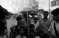 11.2010 Pushkar (Rajasthan)<br /> <br /> Young man demonstrating hox to make bubbles with his product.<br /> <br /> Jeune homme en train de faire la démonstration pour fabriquer des bulles avec son produit.