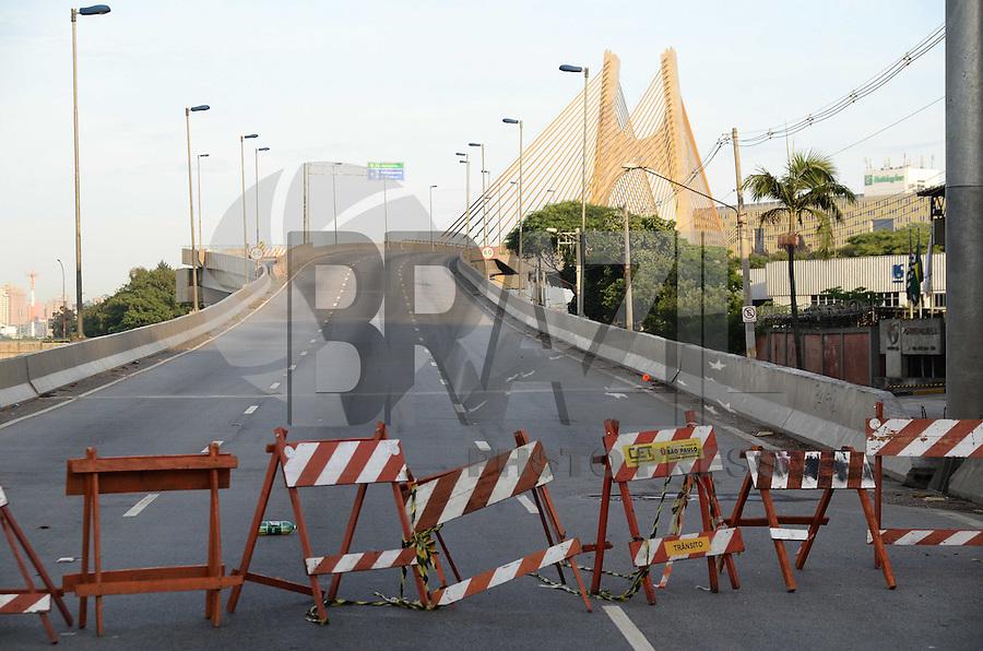 SAO PAULO, SP, 20.11.2013 - A ponte Governador Orestes Quércia continua interditada depois de uma serie de incedio na favela do Gato que teve uma reintegração de posse no Sabado (16)  (Foto:Adriano LIma / Brazil Photo Press).