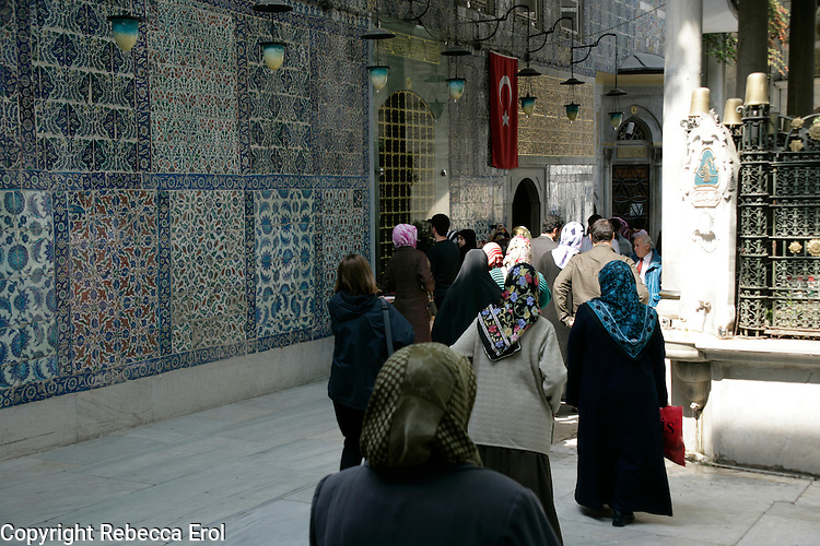 THE FAITHFUL VISITING EYUP ENSARI'S TOMB, PART OF THE EYUP MOSQUE COMPLEX, ISTANBUL, TURKEY