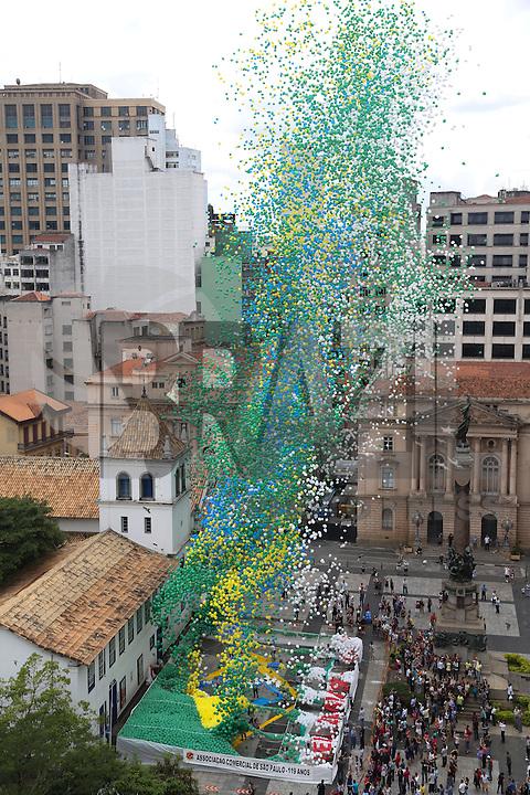 SAO PAULO, SP, 30.12.2013 - BALOES ASSOCIACAO COMERCIAL DE SAO PAULO - A Associação Comercial de São Paulo (ACSP) comemora a virada do ano com a tradicional soltura de 50 mil balões biodegradáveis, no Pátio do Colégio, nesta segunda-feira, 30. (Foto: Vanessa Carvalho / Brazil Photo Press).