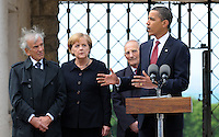 Besuch des Präsidenten der vereinigten Staaten von Amerika (USA) Barack Obama vom 4. bis 5. Juni 2009 in der Bundesrepublik Deutschland - Visite in der Mahn- und Gedenkstätte Buchenwald auf dem Ettersberg bei Weimar (Freitag der 5.6.2009) - im Bild:  der Präsident Barack Obama gibt nach dem Besuch des Konzentrationslagers Buchenwald seine Statements an die Presse - links: Elie Wiesel (Buchenwald Überlebender) und Kanzlerin Angela Merkel - dahinter Bertrand Herz (Überlebender). Porträt Foto: Norman Rembarz..