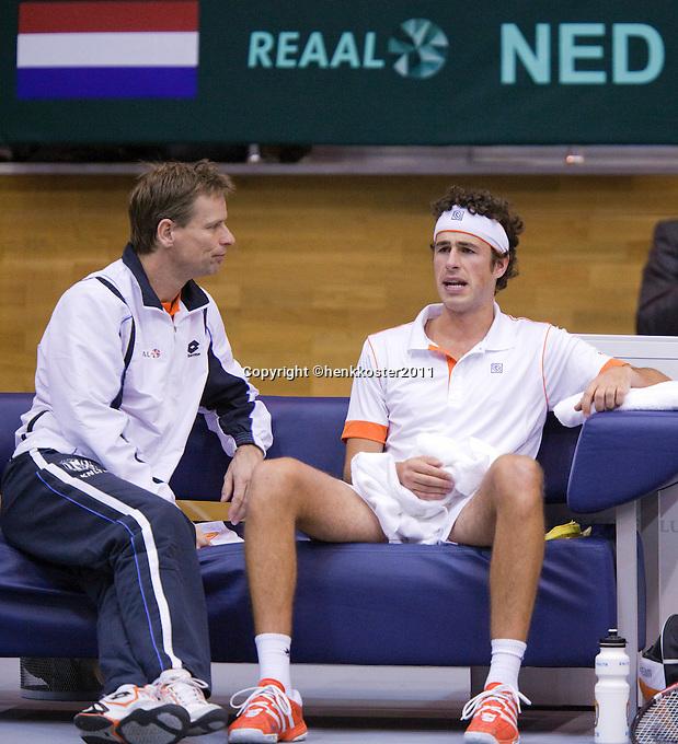 04-03-11, Tennis, Oekraine, Kharkov, Daviscup, Oekraine - Netherlands, Captain Jan Siemerink spreekt Robin Haase  moed in