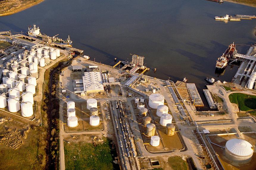 Petroleum industry ; oil ; Storage tanks ; ships ; port ;. Houston Texas.