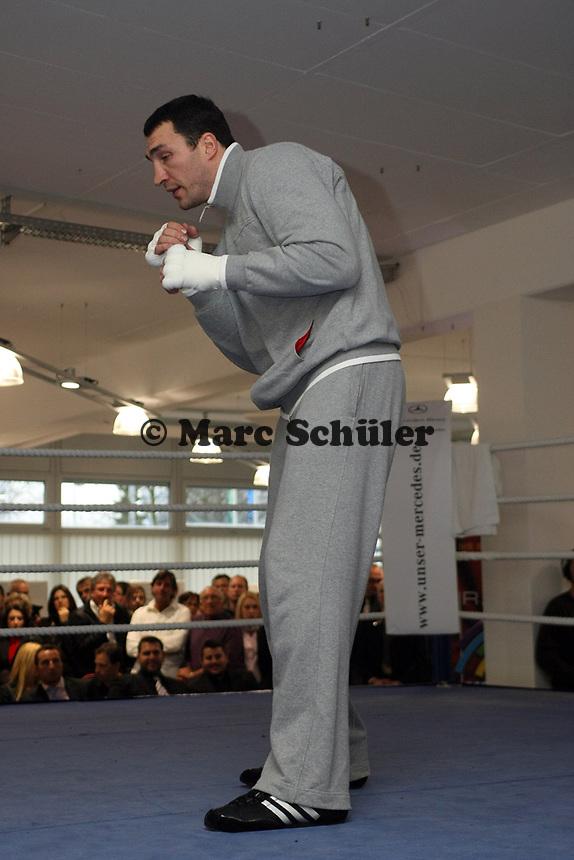 Wladimir Klitschko (UKR) <br /> Dr. Wladimir Klitschko vs. Hasim Rahman, Pressetraining<br /> *** Local Caption *** Foto ist honorarpflichtig! zzgl. gesetzl. MwSt. Auf Anfrage in hoeherer Qualitaet/Aufloesung. Belegexemplar an: Marc Schueler, Am Ziegelfalltor 4, 64625 Bensheim, Tel. +49 (0) 151 11 65 49 88, www.gameday-mediaservices.de. Email: marc.schueler@gameday-mediaservices.de, Bankverbindung: Volksbank Bergstrasse, Kto.: 151297, BLZ: 50960101