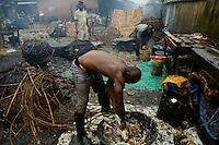 NIGERIA, Lagos, Arena Market , selling of live chicken which are immediately butchered here / Verkauf von lebenden Huehnern und Schlachtung vor Ort
