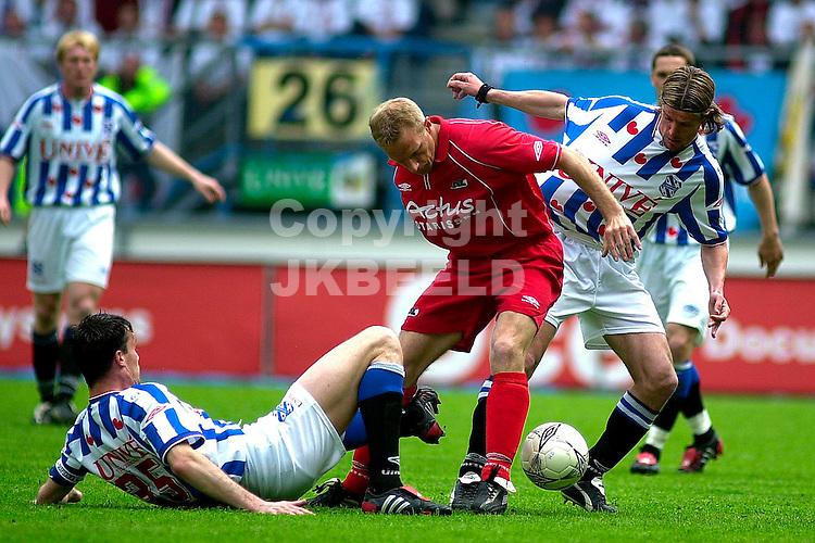 Heerenveen - AZ Holland Casino Eredivisie seizoen 2003-2004 09-05-2004 van galen wordt fel op de huid gezeten door sibon en knopper