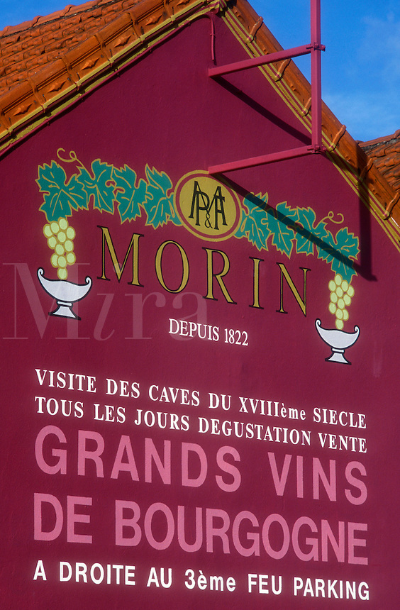 """AJ1645, Burgundy, France, Beaune, viticulture, Europe, A mural advertising a vineyard is painted on the side of a building in Beaune """"""""The Heart of Burgundy"""""""", France."""