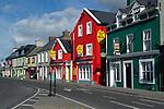 Ireland, County Kerry, The Dingle Peninsula, Dingle: Pubs and hotels along Strand Street | Irland, County Kerry, Dingle Halbinsel, Dingle: Pubs und Laeden im Ortszentrum