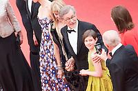 kate capshaw steven speilberg ruby barnhill frank marshall lors du tapis rouge pour le film le bon gros geant projete en avant premiere lors du soixante neuvieme festival du film a cannes le samedi 14 mai 2016