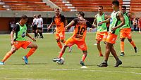 ENVIGADO - COLOMBIA, 28–02-2021: Jugadores de Envigado F. C. calientan previo al partido entre Envigado F. C., y Deportivo Independiente Medellin de la fecha 10 por la Liga BetPlay DIMAYOR I 2021, en el estadio Polideportivo Sur de la ciudad de Envigado. / Players of Envigado F. C. warm up prior a match between Envigado F. C., and Deportivo Independiente Medellin of the 10th date for the BetPlay DIMAYOR I 2021 League at the Polideportivo Sur stadium in Envigado city. Photo: VizzorImage / Donaldo Zuluaga / Cont.
