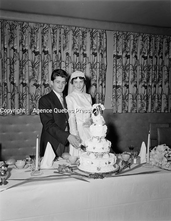 Mariage catholique de la famille Gaetano,<br /> Septembre1952. - le gateau<br /> <br /> PHOTO :  Agence Quebec Presse