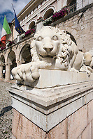 Italien, Umbrien, Piazza San Benedetto in Norcia Löwe vor Palazzo Comunale