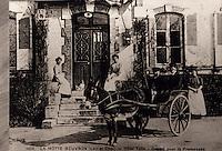 """Europe/France/Centre/41/Loir-et-Cher/Sologne/Lamotte-Beuvron : Carte postale - Hôtel """"Tatin"""" - Une voiture est attelée"""