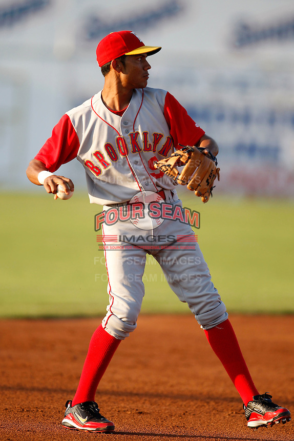 August 6, 2009:  Second Baseman Luis Nieves of the Brooklyn Cyclones during a game at Dwyer Stadium in Batavia, NY.  The Cyclones are the Short-Season Class-A affiliate of the New York Mets.  Photo By Mike Janes/Four Seam Images