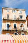 France, Provence-Alpes-Côte d'Azur, Nice: facade of a typical French building at Cours Saleya | Frankreich, Provence-Alpes-Côte d'Azur, Nizza: Fassade eines typischen Gebaeudes auf dem Cours Saleya