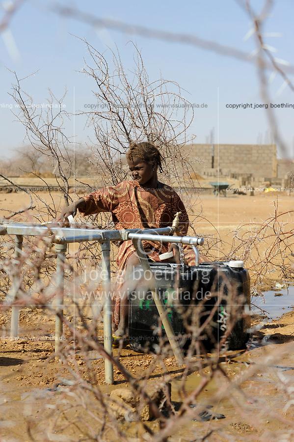 BURKINA FASO Dori, malian refugees in refugee camp Goudebo of UNHCR near the border to Mali, they fled due to war and islamist terror in Northern Mali , water supply / BURKINA FASO Dori , malische Fluechtlinge im Fluechtlingslager Goudebo des UN Hilfswerks UNHCR, sie sind vor dem Krieg und islamistischem Terror aus ihrer Heimat in Nordmali geflohen, Wasserversorgung