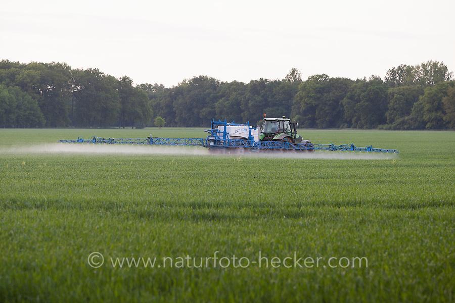 Bauer spritzt sein Feld, Acker mit Traktor, Trekker, Gift, Acker-Bearbeitung, Pflanzengift, Spritzen, Giftspritze, intensive Landwirtschaft, field, tractor, toxin, poison, intensive agriculture