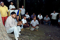 """RefÈns dos Ìndios KaiapÛs os pescadores aguardam anciosos sua liberaÁ""""o durante a negociaÁ""""o com a polÌcia federal.<br /> Foto Raimundo PacÛ/O Liberal/Interfoto<br /> 03/08/2000"""