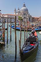 Italie, Vénétie, Venise:  Gondoles sur le Grand Canal  et la Basilique Santa Maria della Salute  // Italy, Veneto, Venice:
