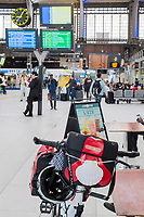 France, Paris (75), la gare d'Austerlitz, vélo d'un pélerin au départ du pélerinage de Saint-Jacques-de-Compostelle dans le hall de la gare  // France, Paris, station of Austerlitz , pilgrim bike in station hall starting  the pilgrimage of Saint Jacques de Compostela