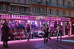 France, Provence-Alpes-Côte d'Azur, Saint-Tropez: Le Quai bar in the evening - performance | Frankreich, Provence-Alpes-Côte d'Azur, Saint-Tropez: Performance vor der Bar 'Le Quai' am Abend