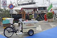 - Viareggio (Toscana), salone della nautica, venditrice di gelati <br /> <br /> - Viareggio (Tuscany), Versilia Yachting Rendez-vous; vendor of ice creams