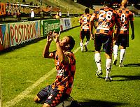 .TUNJA- COLOMBIA-04-05-2013: Juan Perez, jugador de Boyaca Chico F.C., celebra el gol anotado durante partido en el estadio La Independencia de la ciudad de Tunja, abril mayo 4 de 2013. Boyaca Chico F.C.y Atletico Huila durante partido por la decimocuarta fecha de la Liga Postobon I. (Foto: VizzorImage / José  Palencia / Str). Juan Perez, jugador de Boyaca Chico F.C., celebrates a goal scored during game in La Independencia stadium in Tunja City, May 4, 2013, during match for the fourtenth round of the Postobon League I. (Photo: VizzorImage / Jose  Palencia / Str)..