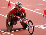 Diane Roy chute lors d' une erreur lors de son entrée dans le stade au marathon.<br /> - Photo Benoit Pelosse-CPC