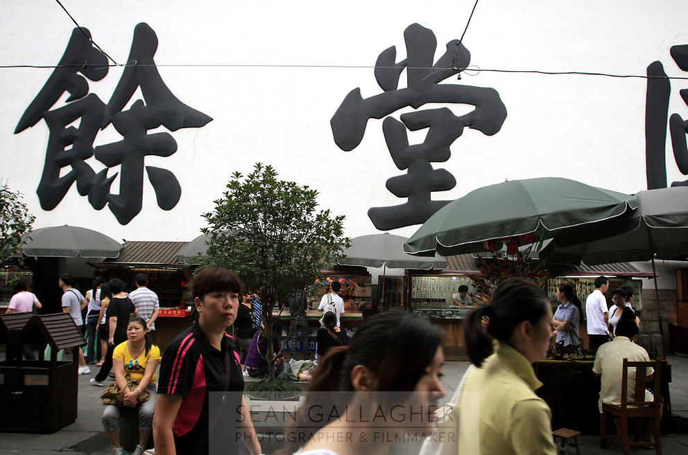 CHINA. Hangzhou. Market scene in the centre of the city. 2009