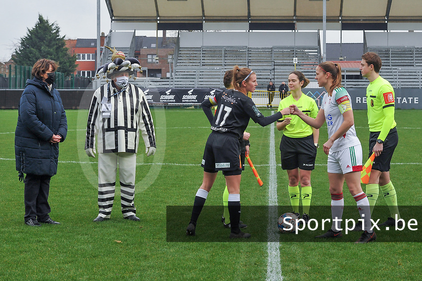 Chloe Van Mingeroet (17) of Eendracht Aalst , referee Irmgard Van Meirevenne , Lenie Onzia (8) of OHL and assistant referee Michele Seeldrayers pictured during a female soccer game between Eendracht Aalst and OHL on the 13 th matchday of the 2020 - 2021 season of Belgian Scooore Womens Super League , Saturday 6 th of February 2021  in Aalst , Belgium . PHOTO SPORTPIX.BE | SPP | STIJN AUDOOREN