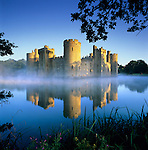 Great Britain, England, East Sussex, Bodiam Castle in morning mist. Built in 1385 | Grossbritannien, England, East Sussex, Schloss Bodiam im Morgennebel, erbaut 1385