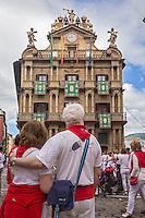 Espagne, Navarre, Pampelune, Fêtes de San Fermín ,   et l' l'Hôtel de ville , Plaza Consistorial  // Spain, Navarra, Pamplona, Festival of San Fermín and the Town Hall  , Plaza Consistorial