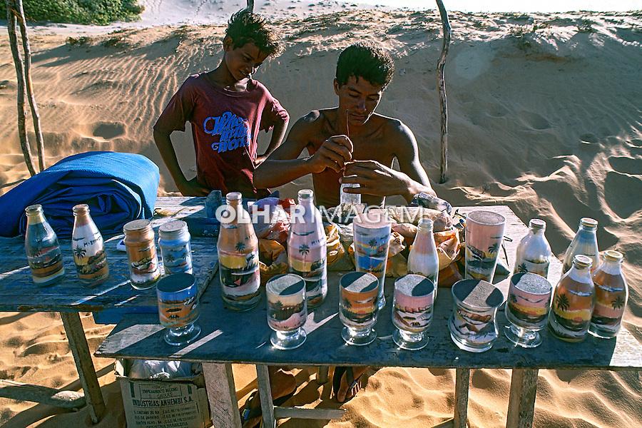 Artesão e aprendiz de artesanato em garrafa com areia colorida, Praia de Morro Branco. Ceara. 1993. Foto de Juca Martins.