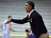 BOGOTÁ -COLOMBIA. 28-03-2014. José Tapias (I) entrenador de Piratas de Bogotá  gesticula durante partido contra Búcaros Freskaleche por la fecha 7 de la  Liga DirecTV de Baloncesto 2014-I de Colombia realizado en el coliseo El Salitre de Bogotá./ Jose Tapias coach of Piratas de Bogota gestures during match against Bucaros Freskaleche for the 7th date of DirecTV Basketball League 2014-I in Colombia at El Salitre coliseum in Bogota. Photo: VizzorImage/ Gabriel Aponte / Staff