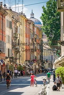 Italy, Emilia-Romagna, Parma: street scene at old town | Italien, Emilia-Romagna, Parma: Strassenszene in der Altstadt