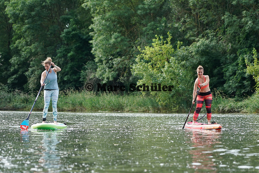 Angela Reitmeyer (r) und Lia Böhnke auf ihrem SUP-Board beim SUP-Yoga an der Mündung des Ginsheimer Altrheins - Ginsheim-Gustavsurg 20.06.2021: Stand-up Paddling