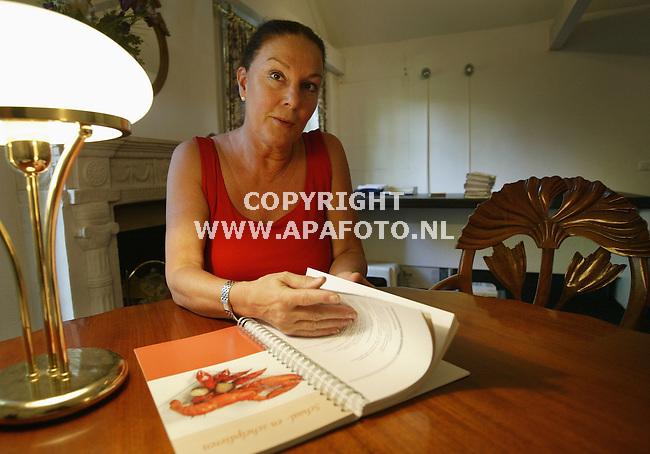 Dieren, 260804<br />Pia van der Kemp met haar boek Anders eten Minder Pijn Meer leven.<br />Foto: Sjef Prins - APA Foto