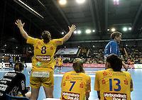 Handball Frauen / Damen  / women 1. Bundesliga - DHB - HC Leipzig : Frankfurter HC - im Bild: Maike Daniels versucht ihre Mannschaftskolleginnen von der Bank aus zu motivieren . Foto: Norman Rembarz .