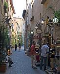 Italien, Umbrien, Orvieto: Altstadtgasse mit Antiquitäten und Souvenirs Verkauf | Italy, Umbria, Orvieto: old town lane with antiques and souvenirs shops