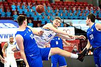 27-02-2021: Basketbal: Donar Groningen v Den Helder Suns: Groningen Donar speler Henry Caruso met Den Helder speler Yarick Brussen (l)