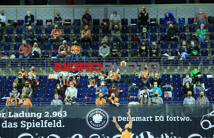 17.10.2020, Max Schmeling Halle, Berlin, GER, 1.VBL, BR VOLLEYS VS. SWD powervolleys Dueren, <br /> im Bild Zuschauer, Besucher, BRV-Fanblock<br /> <br />    <br /> Foto © nordphoto /  Engler
