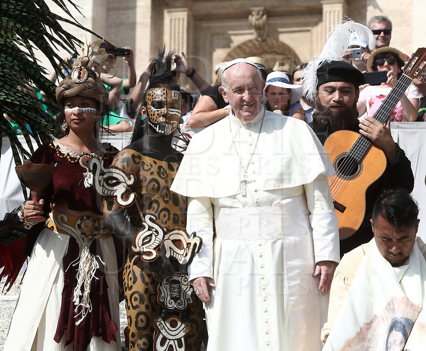 Papa Francesco posa per una foto con dei performers provenienti dal Messico durante l'udienza generale del mercoledi' in Piazza San Pietro, Citta' del Vaticano, 29 agosto, 2018.<br /> Pope Francis poses with performers from Mexico during his weekly general audience in St. Peter's Square at the Vatican, on August 29, 2018.UPDATE IMAGES PRESS/Isabella Bonotto<br /> <br /> STRICTLY ONLY FOR EDITORIAL USE