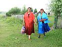 Armenia 2007 <br />  A Yezidi wedding in a village : women dressed for the wedding on their way to the ceremony<br /> Armenie 2007 <br /> Un mariage yezidi dans un village: femmes habillées pour le mariage en route pour les festivités