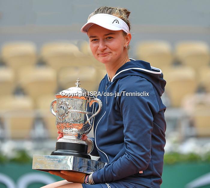 Barbara Krejcikova takes the trophy